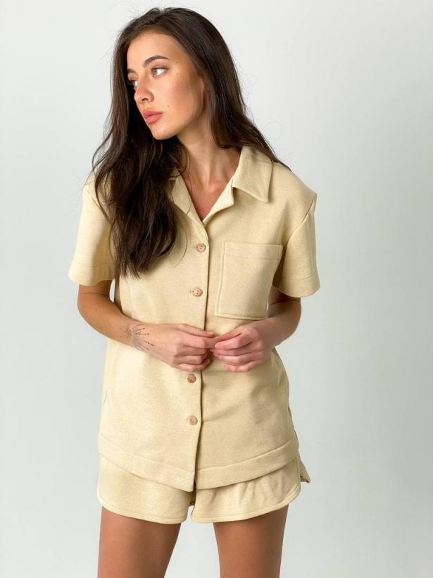 Кремовый костюм шорты и рубашка