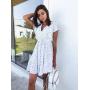 Белое короткое платье в горошек