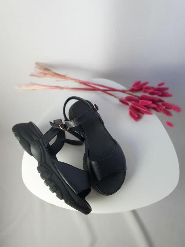 Черные кожаные босоножки на спортивной платформе
