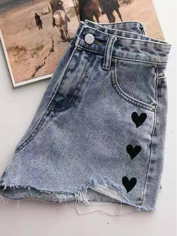 Короткие джинсовые шорты с сердечками