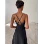 Минималистичное платье с переплетом на спине