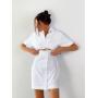 Белое платье рубашка с разрезом на талии