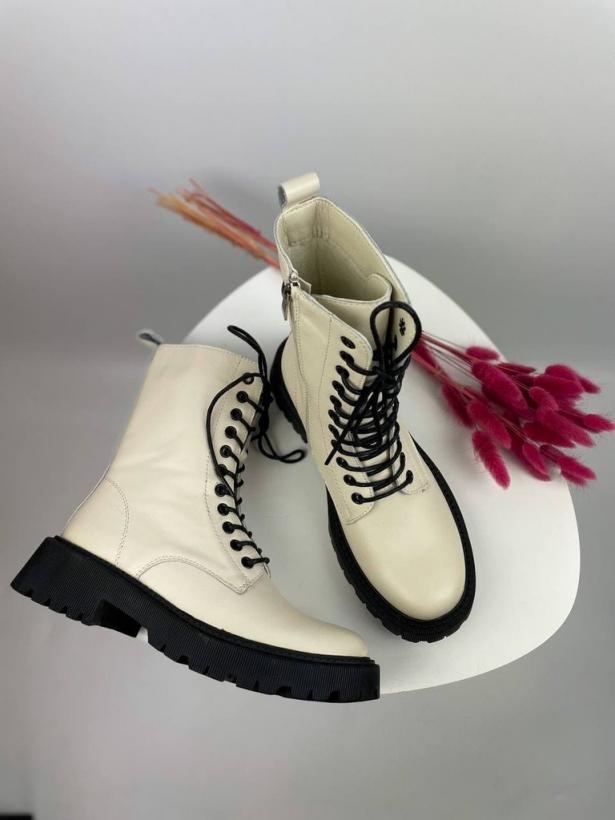 Бежевые демисезонные ботинки из кожи