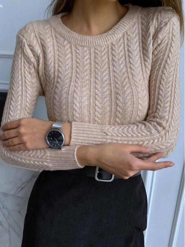 Бежевый свитер в косичку