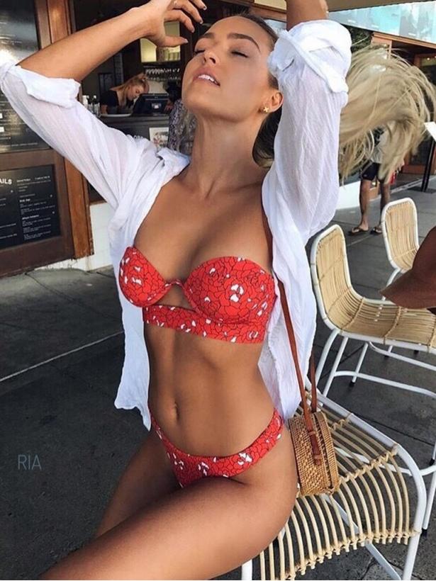 Красный купальник бандо с пуш-пом