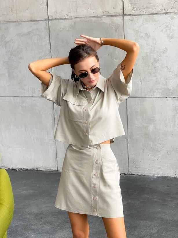 Бежевый костюм кроп-рубашка и мини юбка