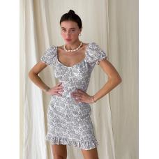 Белое приталенное платье мини в цветочек