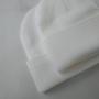 Белая шапка бини в мелкую бежевую полоску