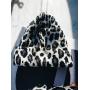 Чёрно-белая леопардовая шапка бини