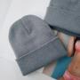 Серая шапка бини