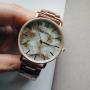 Золотые часы с бежевым мраморным циферблатом