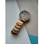 Золотые часы с розовым мраморным циферблатом