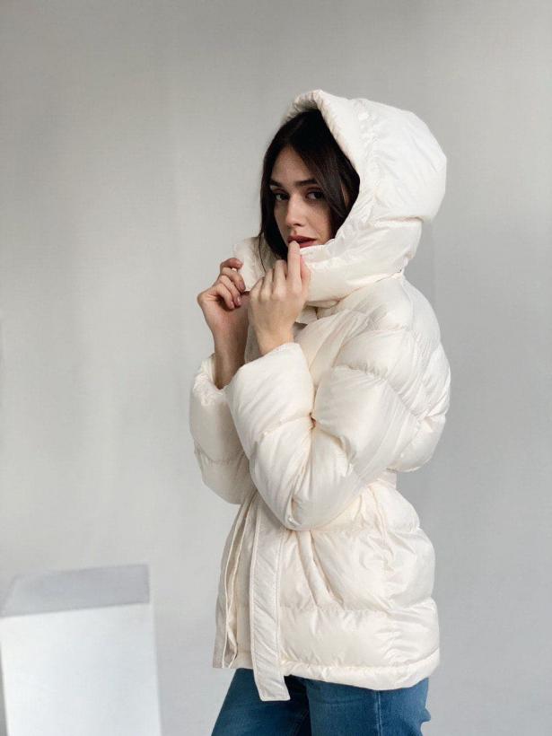 Молочный короткий зимний пуховик с капюшоном TM ZEFFIR