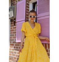 Желтое платье миди с принтом на запах
