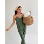 Оливковый льняной костюм с майкой