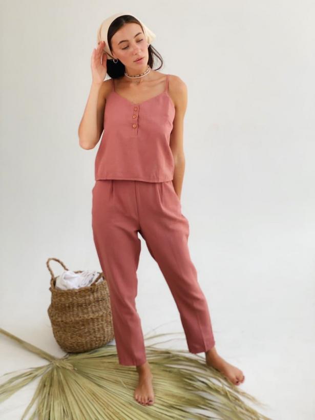 Розовый льняной костюм с майкой