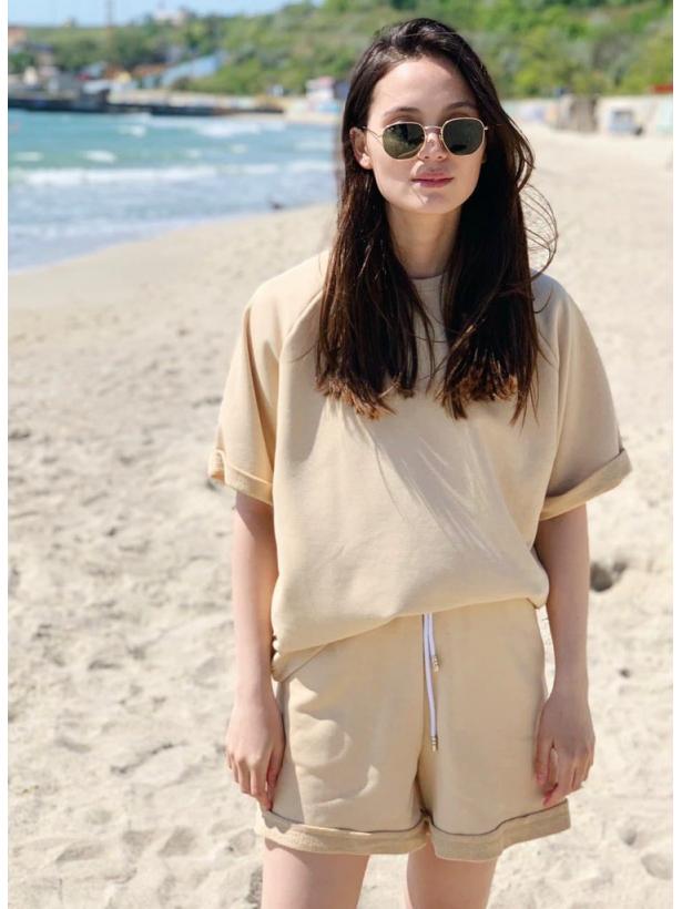 Песочный спортивный костюм с шортами